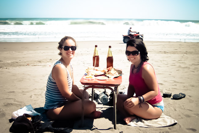 mollendo-eating-with-mica-on-the-beach